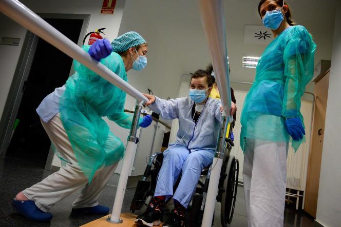 Un patient guéri du Covid-19 en plein exercice de réhbailitatin, dans un hôpital de Madrid, le 13 mai.