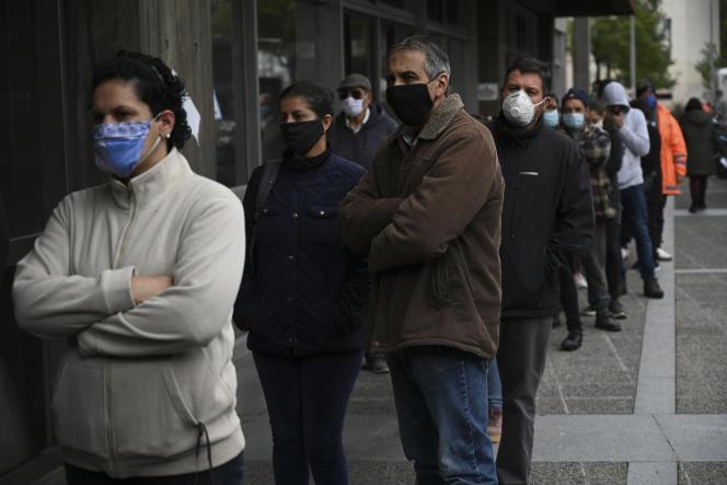 Dans la file d'attente pour accéder à l'immeuble de la sécurité sociale, le 7 mai à Montevideo.