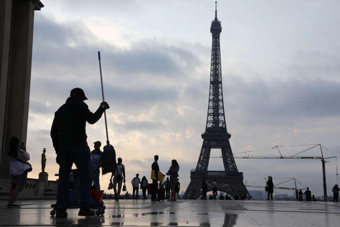 Sur les 6 millions de personnes qui, chaque année, rendent visite à la Tour Eiffel, 80% sont des étrangers.