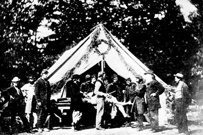 Un chirurgien s'apprête à amputer la jambe d'un soldat dans un hôpital de fortune de l'armée de l'Union, àGettysburg (Pennsylvanie).