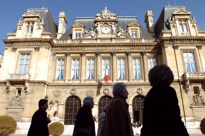 Devant l'hôtel de ville de Neuilly-sur-Seine (Hauts-de-Seine).