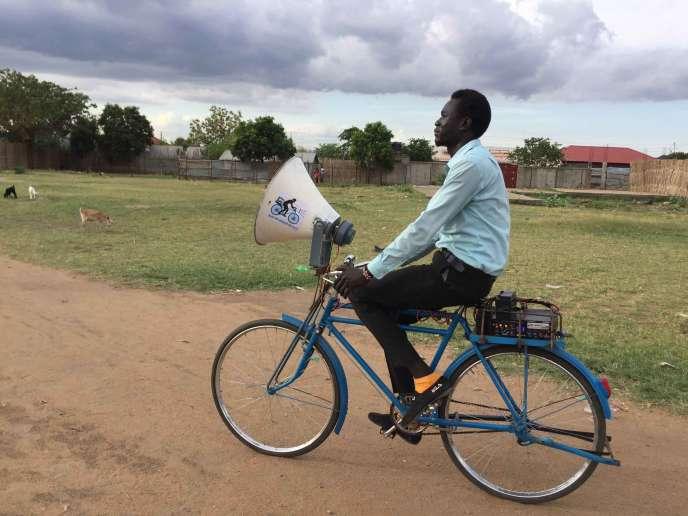 Emmanuel Lobijo, le fondateur du Junub Open Space, sur un de ses« Blue Messenger Bicycle», à Juba.