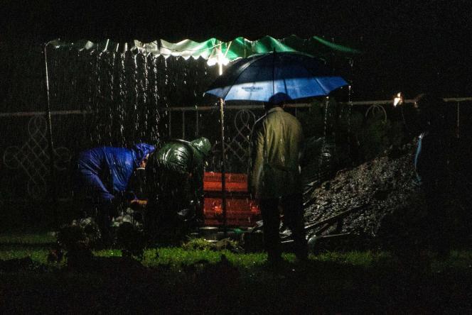 Enterrement express, de nuit, à Managua, le 8 juin. Ces enterrements, sans cérémonie, sans témoin, permettraient au gouvernement de cacher le nombre réel de morts.