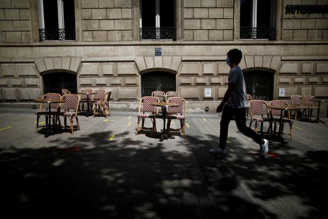 Une terrasse installée sur le trottoir d'un restaurant à Paris, le 2 juin.