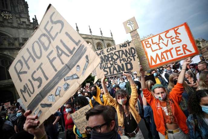 Des manifestants demandent que soit retirée la statue de Cecil Rhodes, à l'Oriel College, à Oxford, le 9 juin 2020.