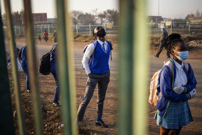 Des collégiens attendent en ligne avant la reprise des cours à Ekurhuleni, en Afrique du Sud, le 8juin 2020.