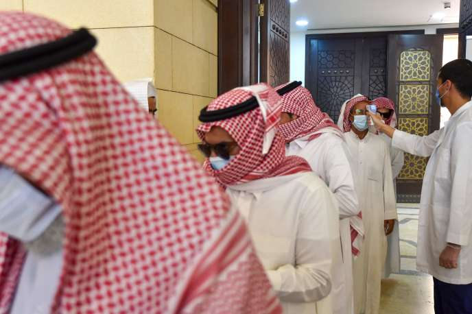 Un employé vérifie la température des fidèles à leur arrivée pour effectuer la prière de midi à la mosquée Al-Rajhi dans la capitale Riyad, le 31 mai.