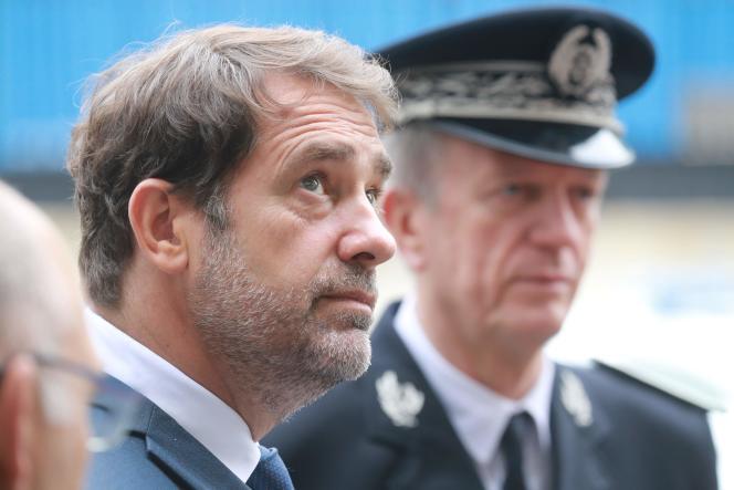Le ministre de l'intérieur, Christophe Castaner, et, à l'arrière-plan, le directeur général de la police nationale,Frédéric Veaux, lors d'une visite à Evry, le 9juin. Dans une lettre, ce dernier a fait part d'un«sentiment de profonde injustice»quant aux accusations de racisme au sein de son corps.