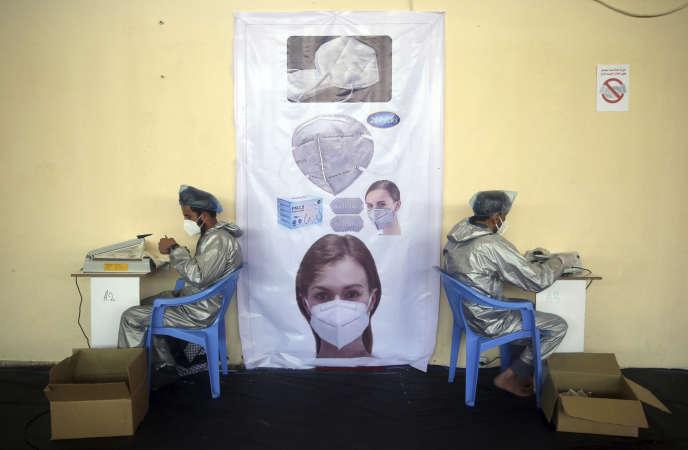 Fabrication de masques pour freiner la propagation du coronavirus dans une usine de Kaboul, en Afghanistan, le mercredi 3 juin 2020.