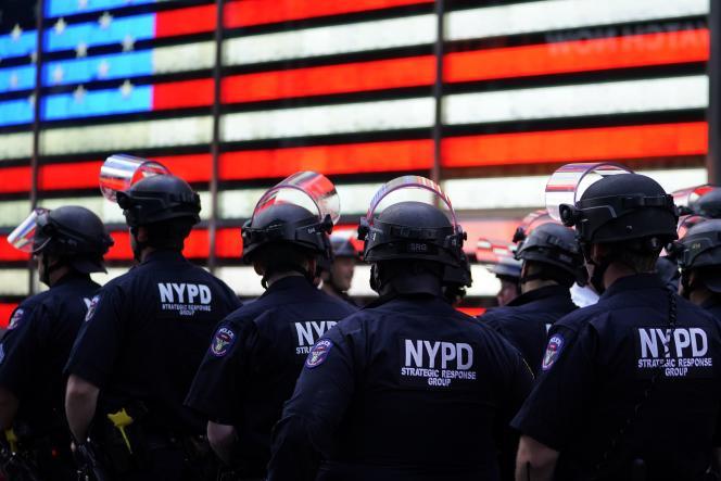 Des agents de la police de New York, le NYPD, pendant une manifestation Black Lives Matter, à Times Square, le 1er juin 2020.