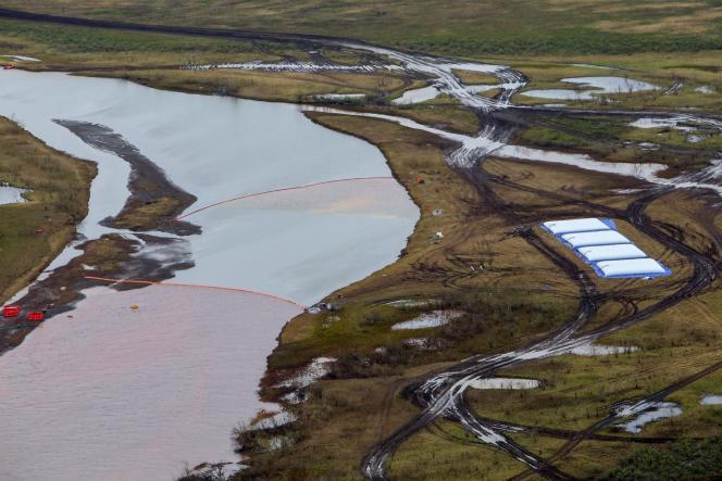Le 29 mai, 21 000 tonnes de carburant que contenait le réservoir d'une centrale thermique se sont déversées dans l'Ambarnaïa et sur les terrains proches de cette rivière, teintant les cours d'eau en pourpre.