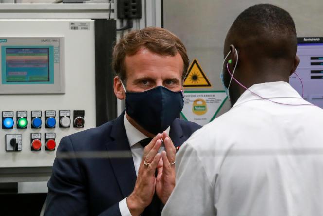 Emmanuel Macron discute avec un employé d'une usine, à Etaples (Pas-de-Calais), près du Touquet, le 26 mai.