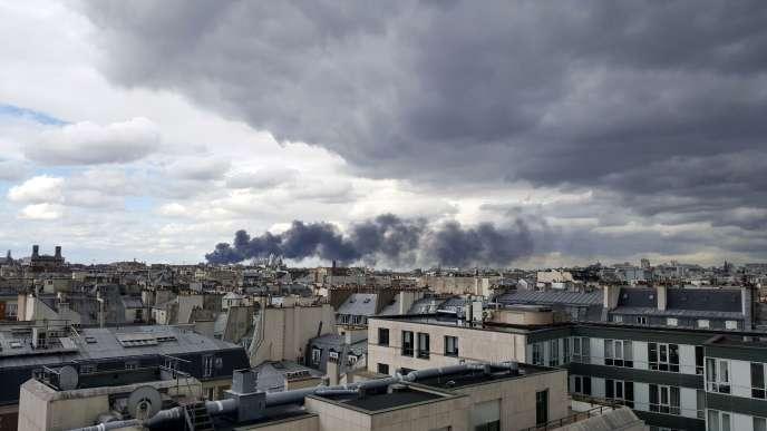 Vue de Paris lors de l'incendie d'unentrepôt textile, à Aubervilliers, le 5 juin.