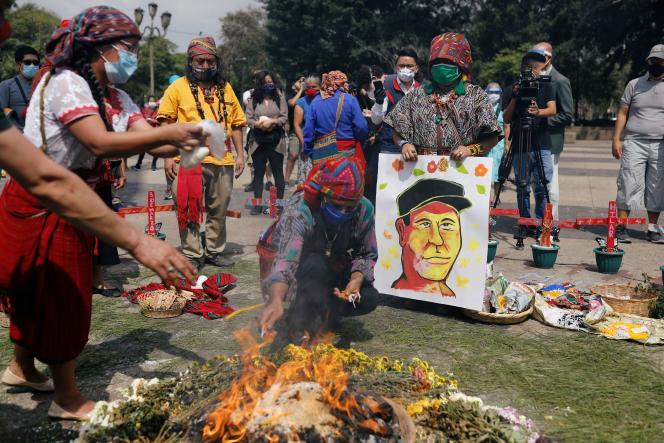 A Guatemala, le 10 juin, des indigènes mayas participent à une cérémonie à la mémoire de Domingo Choc, médecin traditionnel assassiné.