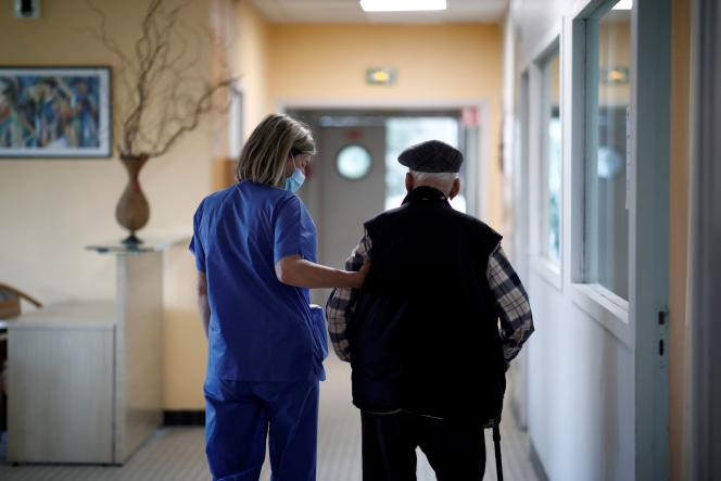 Dans un Ehpadde Livry-Gargan, près de Paris, lors de l'épidémie due au coronavirus, le 22 avril.