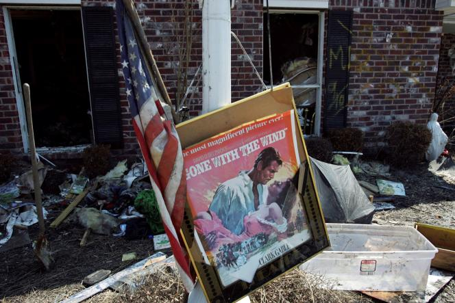 Une affiche du film « Autant en emporte le vent», après le passage du cyclone Katrina, le 28 septembre 2005 à Chalmette (Louisiane).