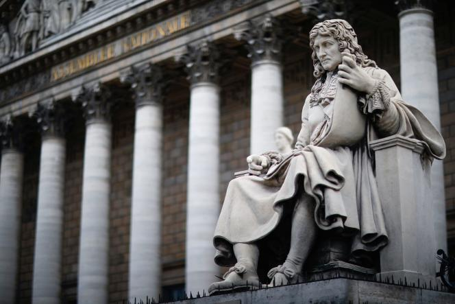 La statue de Jean-Baptiste Colbert devant l'Assemblée nationale, le 10 juin.