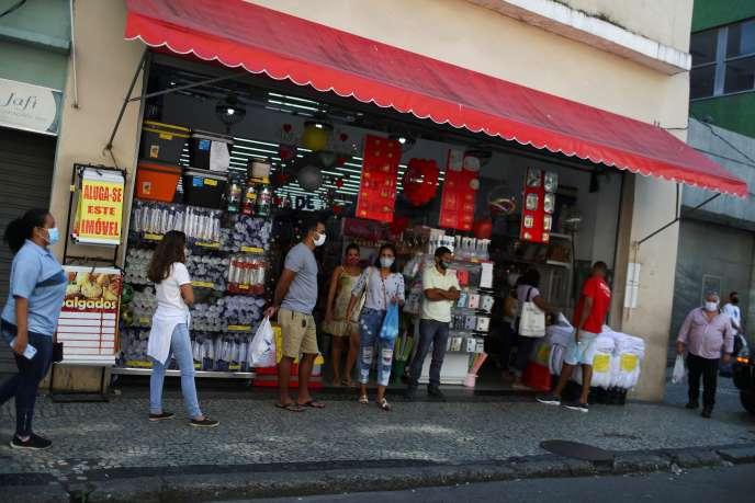 Devant un magasin, à Rio de Janeiro (sud-est du Brésil), le 2 juin.