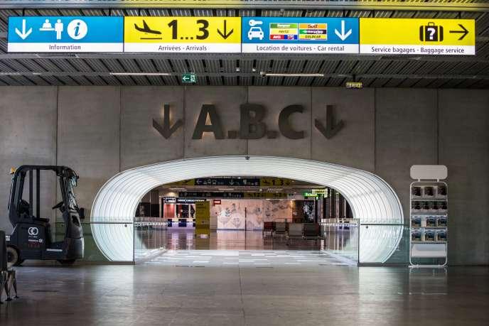 Habituellement très fréquenté, l'aéroport de Toulouse-Blagnac est complètement vide, tandis que la France est confinée, le 17 mars.