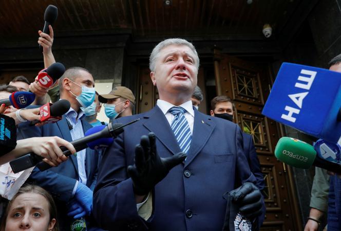 L'ancien président ukrainien Petro Porochenkodevant le bureau du procureur général à Kiev, le 10 juin.