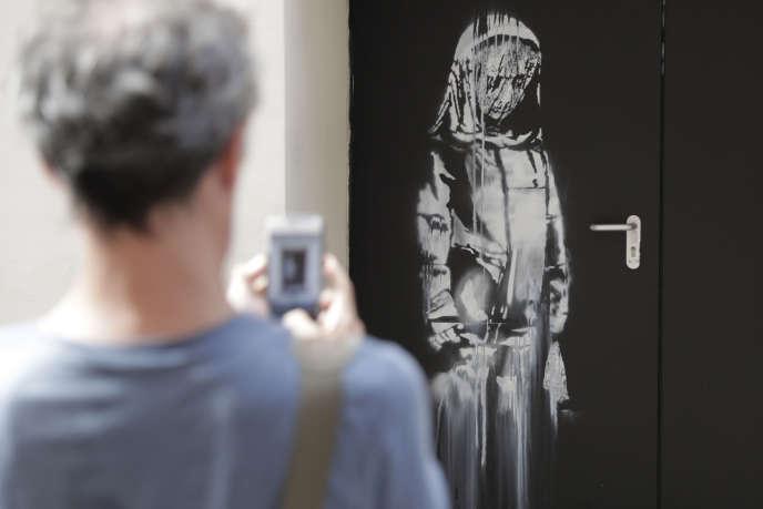 L'œuvre attribuée à Banksy sur une porte de secours du Bataclan, à Paris, en juin 2018, sept mois avant qu'elle ne soit volée.