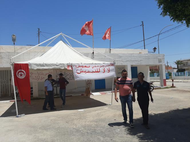 La tente des manifestants sous laquelle sont placardées les revendications, dans le centre d'Hajeb El Ayoun, en mai 2020.