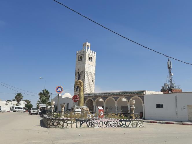Le rond-point d'Hajeb El Ayoun et sa sculpture d'une main tenant un crayon et un stylo-plume, en hommage aux poètes de la ville, en mai 2020.