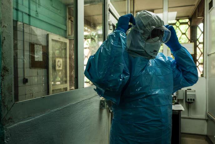 Georges Togo, biologiste à la faculté de médecine de Bamako, s'apprête à entrer dans le seul laboratoire «P3» du Mali pour traiter les échantillons de Covid-19, début juin 2020.