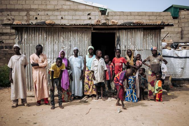 Une famille de déplacés camerounais ayant fui la ville d'Amchidé et les exactions de Boko Haram, à la frontière avec le Nigeria, pour trouver refuge à Maroua, le 30septembre 2018.