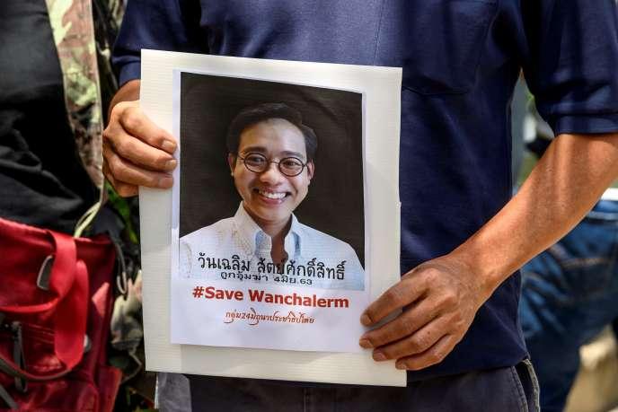 Devant l'ambassade du Cambodge à Bangkok, le 8 juin 2020, unmanifestant tient un portrait de l'activiste thaïlandais Wanchalearm Satsaksit enlevé quatre jours plus tôt.