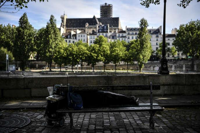 Un sans-abri à Paris, en mai.