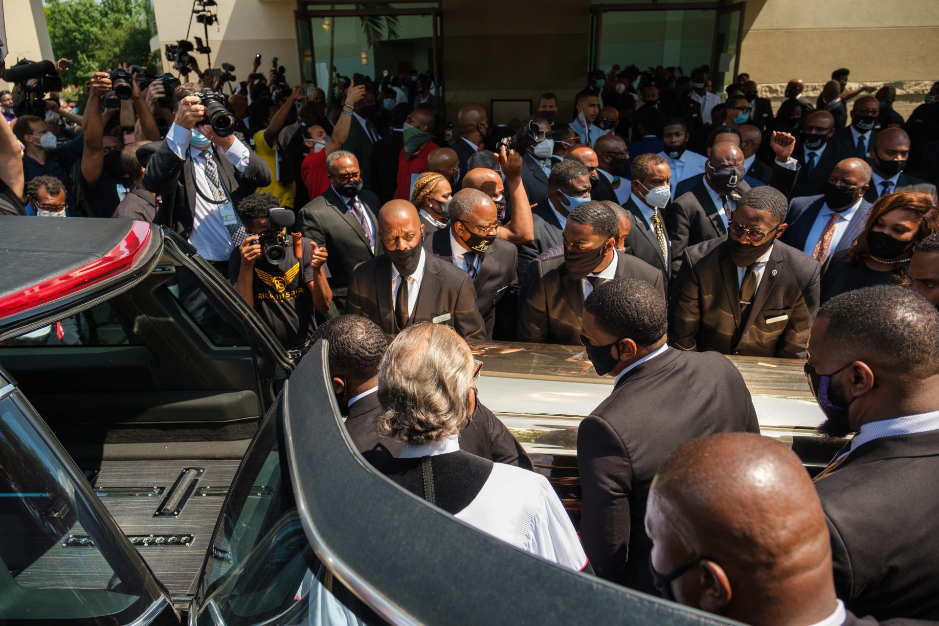 La dépouille de George Floyd à son arrivée à l'église où ont lieu ses funérailles, à Houston, le 9 juin.