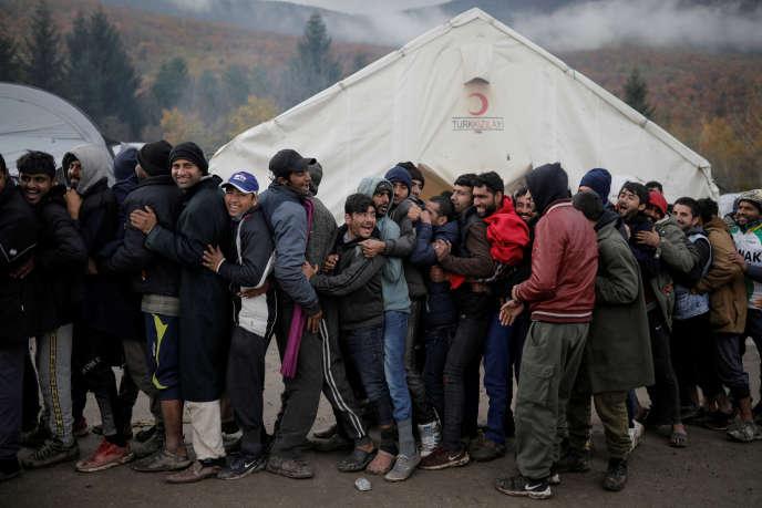 Des réfugiés attendent la distribution de chaussures, dans un camp près de Bihac, en Bosnie,le 15 novembre 2019.