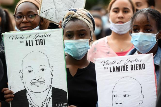 Un portrait de Lamine Dieng est brandi par une manifestante lors d'une marche contre les violences policières, le 10 juin à Toulouse.