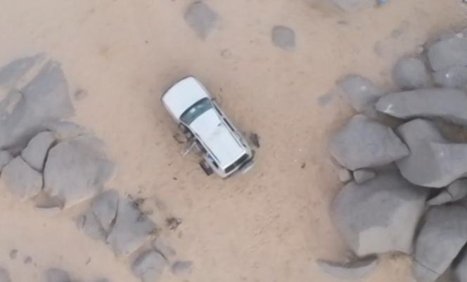 Photo de l'Etat major des armées, montrant le véhicule blanc garé à l'abri d'un amas rocheux, à côté duquel bivouaquait notamment l'émir d'AQMI.