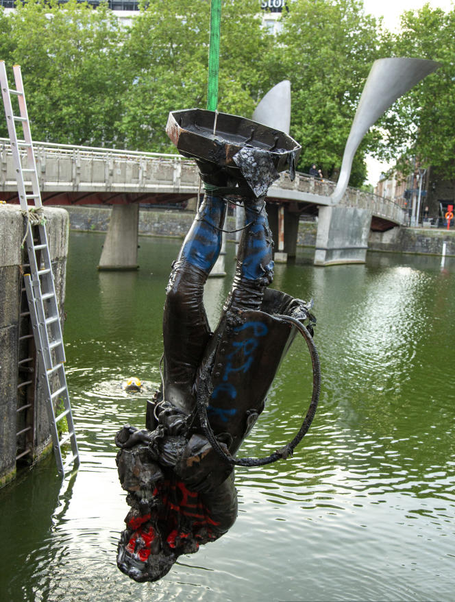 La statue d'EdwardColston, un marchand d'esclaves, renversée par des manifestants antiracistes le week-end des 6-7 juin, a été repêchée hors du port de Bristol (Royaume-Uni), le 11 juin 2020.