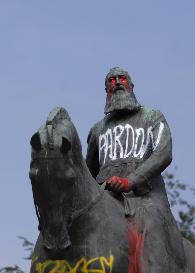 Une statue du roi de Belgique Léopold II est recouverte de graffitis, à Bruxelles, le 10 juin.