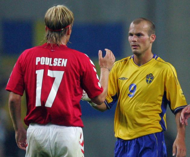 Le Danois Poulsen (à gauche) et le Suédois Ljungberg, après le match nul (2-2) qui qualifia les deux pays pour les quarts de l'Euro et fit sortir l'Italie, le 22 juin 2004, à Porto (Portugal).