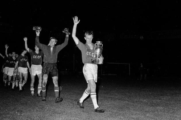 Après le forfait espagnol en quarts de finale, l'équipe russe se défait de la Tchécoslovaquie, avant de dominer la Yougoslavie, en finale de l'Euro 1960, au Parc des Princes, à Paris.