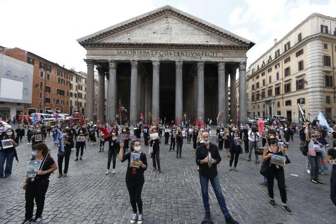 Des guides touristiques demandent une aide gouvernementale devant le Panthéon, à Rome, le 9 juin.