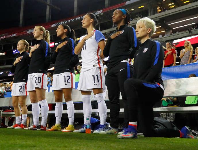 La footballeuse américaine Megan Rapinoe s'était agenouillée pendant le «Star-Spangled Banner» lors d'un match international en2016, se joignant au mouvement de contestation des violences policières contre les Noirs, lancé par l'ex-star du football américain Colin Kaepernick.