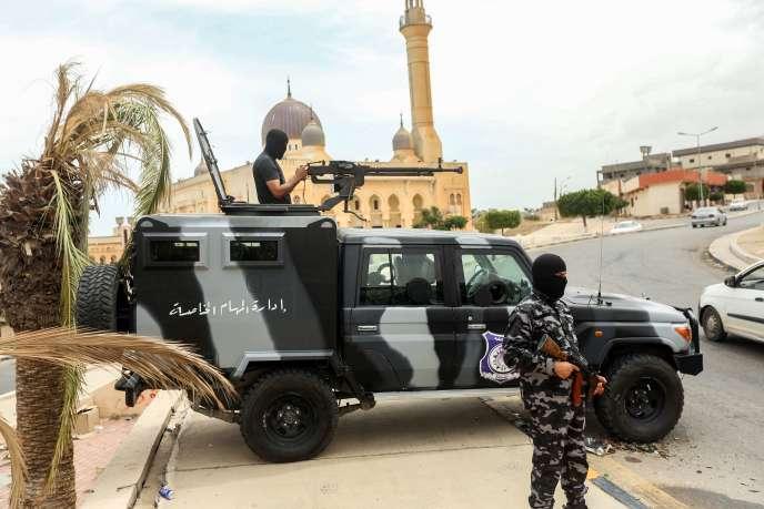 Le 11 juin 2020, des membres des forces de sécurité affiliées au Gouvernement d'union nationale (GNA) se tiennent à un poste de contrôle improvisé dans la ville de Tarhouna, à environ 65 kilomètres au sud-est de la capitale Tripoli en Libye.