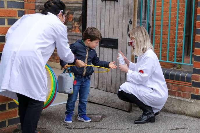 Un élève arrive à l'écolefrançaise bilingue de Battersea, à Londres, le 11juin2020.