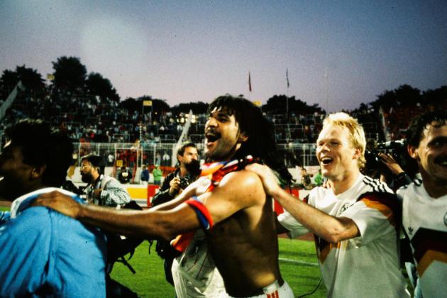 Les Néerlandais Ruud Gullit (à gauche) et Ronald Koeman après la victoire de leur équipe contre celle de la RFA, le 21 juin 1988 à Hambourg (Allemagne).