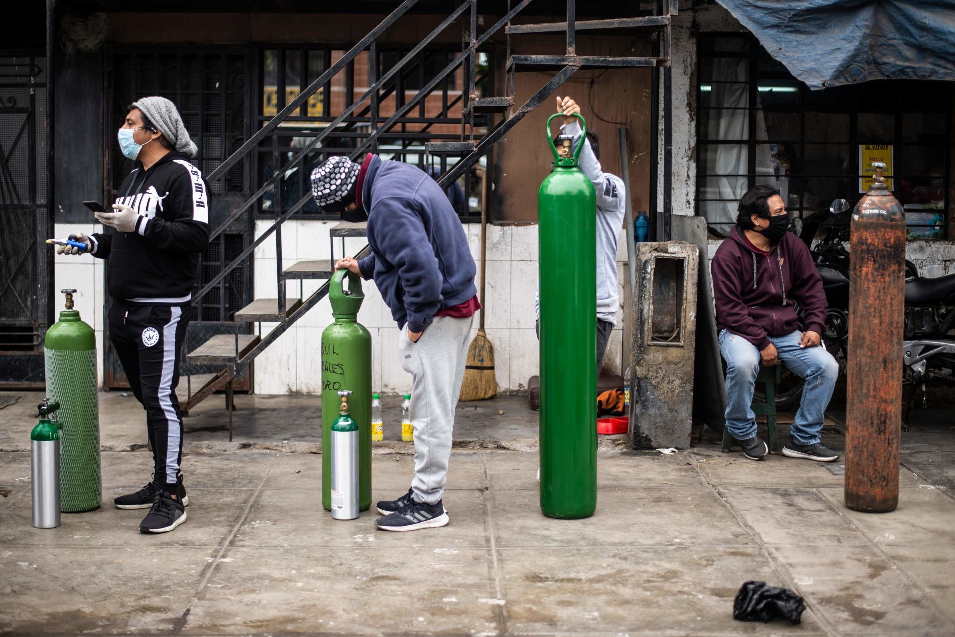 Des gens attendent de remplir leurs bouteilles d'oxygène à Callao, près de Lima, le 3 juin.