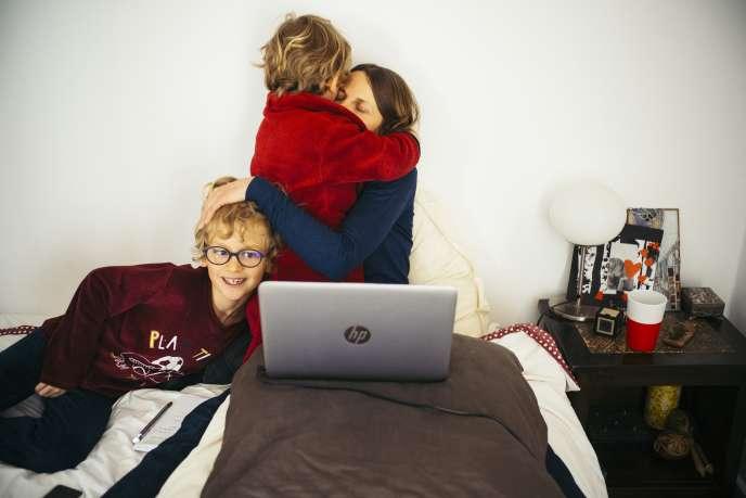 Dorothée Moussu travaille de chez elle, avec ses deux enfants, Sacha et Léo, au premier jour du confinement, àMontpellier, le 16 mars.