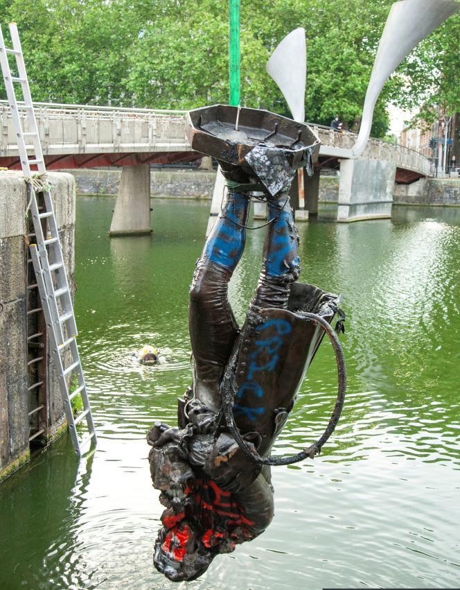La statue d'Edward Colston est tirée des eaux du port de Bristol, à Bristol, en Grande-Bretagne, le 11 juin.