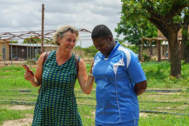 Lucile Cornet-Vernet et la responsable des cultures d'artémisia de la ferme de Bouassa, au Burkina Faso, en 2019.