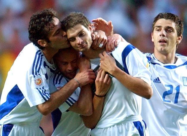 Angelos Charisteas (deuxième en partant de la droite) après le but qui offre à la Grèce la victoire de l'Euro, le 4 juillet 2005 à Lisbonne.