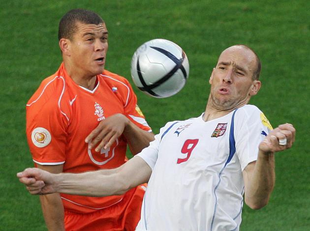 Le défenseur néerlandais Wilfred Bouma (à gauche) et le Tchèque Jan Koller, le 19 juin 2004, à Aveiro (Portugal).